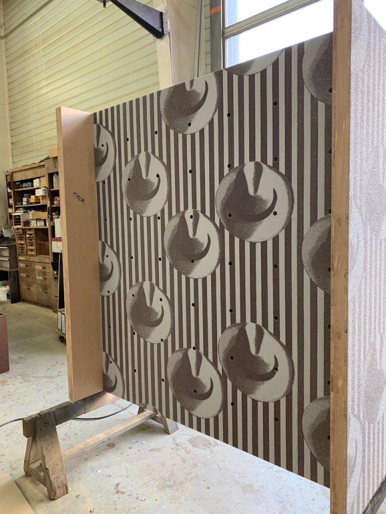 Mise en forme d'une armoire avec décor papier peint par Planète bois