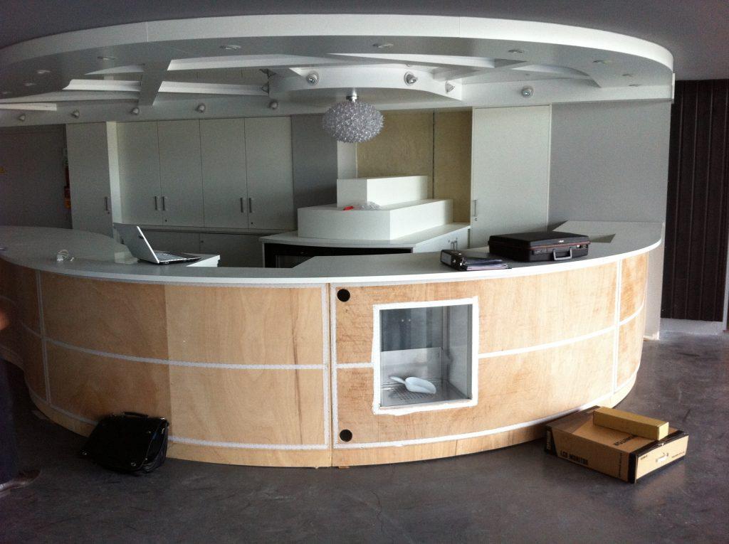 Création d'un meuble accueil pour cinéma par Planète bois